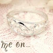 【me on...】K10ホワイトゴールド(WG)クラシカルアラベスクモチーフ・ダイヤモンドリング