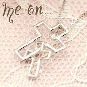 【me on...】K10ホワイトゴールド(WG)・ダブルクロス・ダイヤモンドネックレス