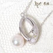 【me on...】リーフモチーフ×ダイヤ&パールのK10ホワイトゴールド(10金)・ネックレス