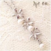 【me on...】K10ホワイトゴールド(10金)・3輪の花モチーフダイヤモンドネックレス