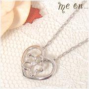 【me on...】K10ホワイトゴールド・オープンハートに重なる花モチーフダイヤモンドネックレス