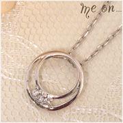 【me on...】シンプルアークモチーフさりげなく輝くK10ホワイトゴールド・3連ダイヤモンドネックレス