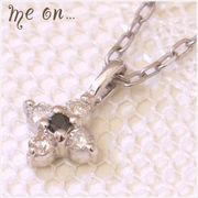 【me on...】ダイヤ×ブラックダイヤK10ホワイトゴールド(10金)・花モチーフネックレス