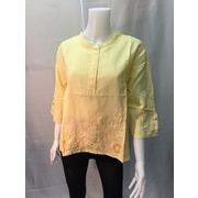 涼しく快適な着心地、黄色刺繍入り麻100%七分袖ボトルネックブラウス
