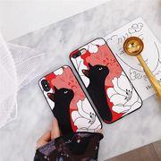 パッと目を引く赤いボディに、かわいい刺繍の黒猫さんとキレイなカメリアが大人かわいいスマホケース